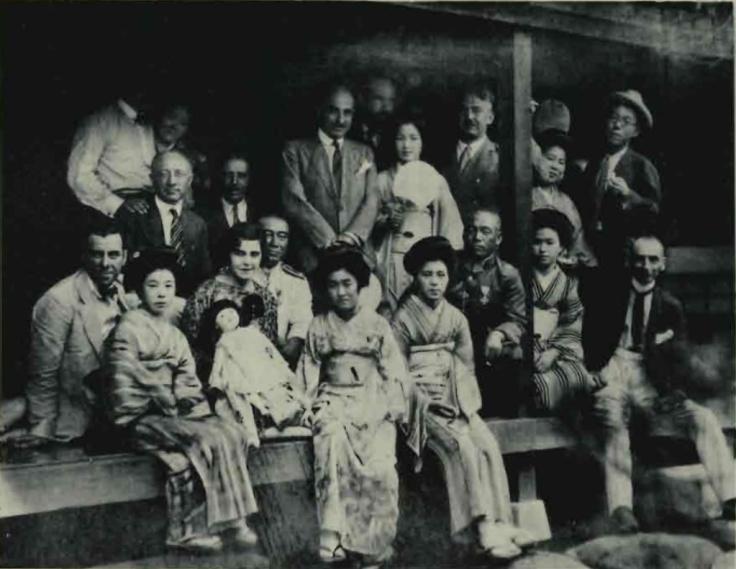 graf-zeppelin-japon-geishas.jpg